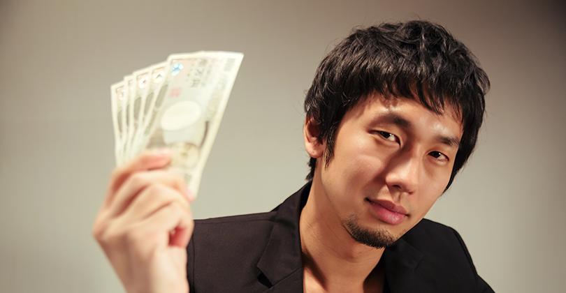 お金を持つ男